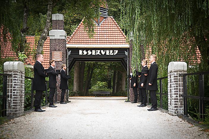 Dragers staan klaar bij ingang begraafplaats