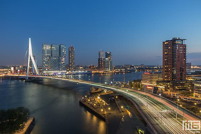 De skyline van Rotterdam met de Erasmusbrug