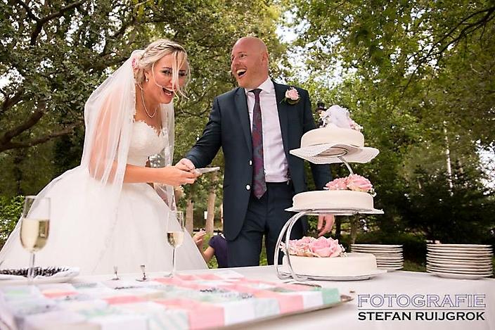 Lachen bij de bruidstaart