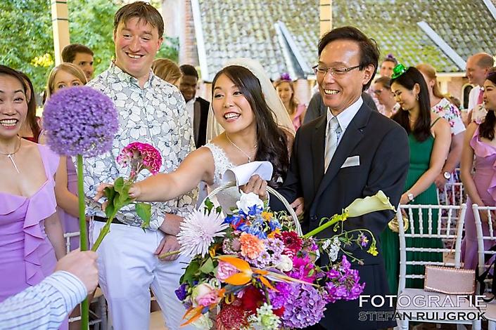 Bloemen ontavngen voor de ceremonie