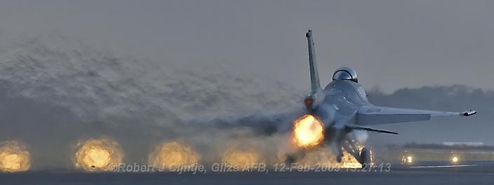 Een vlammend vertrek van een F-16 op vliegbasis Gilze Rijen.