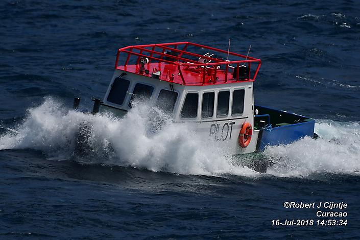 Loods bootje op weg naar de wal op Curacao.