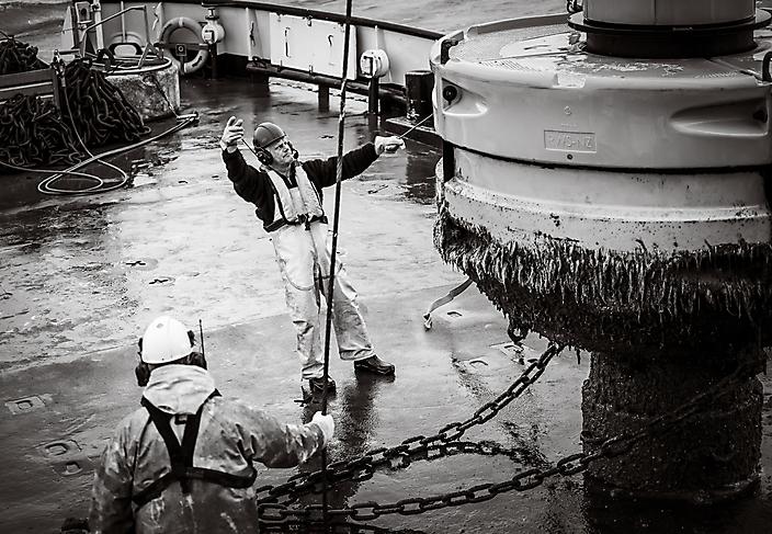 Bedrijfsfotografie Rijkswaterstaat: ruige kerels onderhouden voor ons de tonnen in de Waddenzee