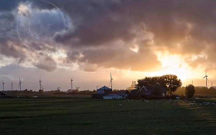 Boerderij-en-windmolens-bij-zonsopgangWM