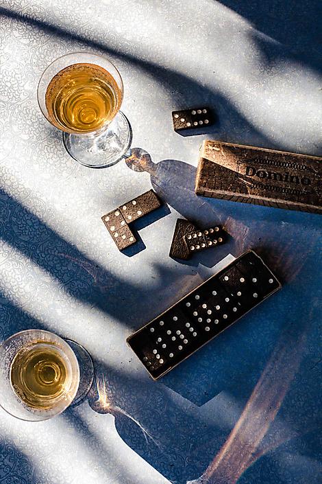 Domino-stenen en witte wijn