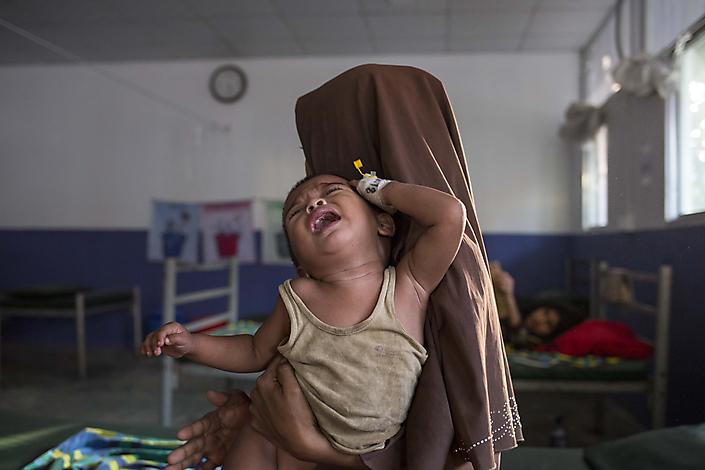 Moeder met kind in een MSF ziekenhuis in het Rohingya vluchtelingenkamp in Bangladesh