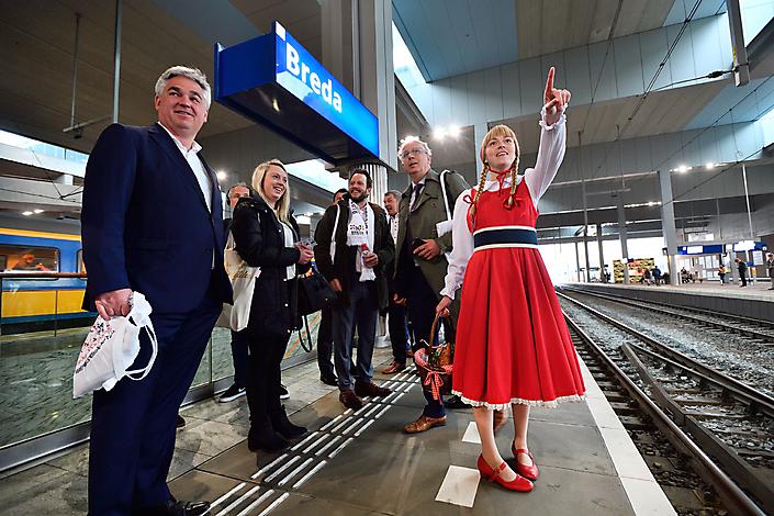 Fotojournalistiek. Roodkapje ziet na jaren wachten op station Breda de 1e snelle IC trein naar  Antwerpen aankomen.