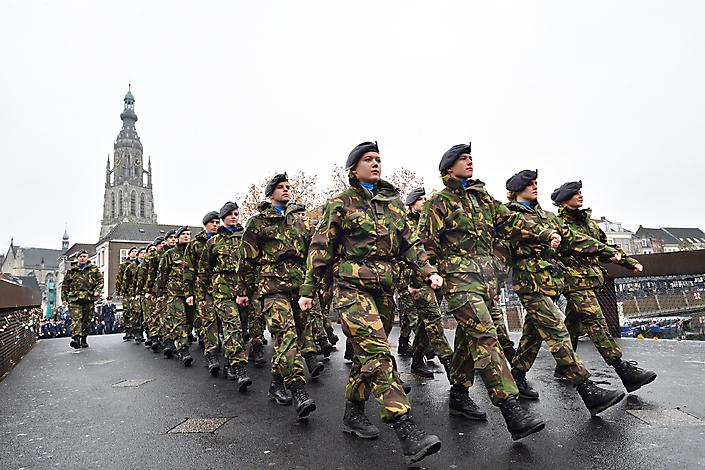 Fotojournalistiek. Verjaardagsmars KMA. Cadetten marcheren door Breda.