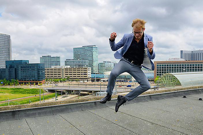 Gijs van Dijk met op de achtergrond station Sloterdijk