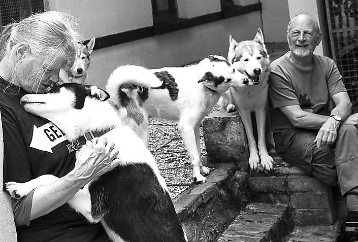 Bedrijfsfotografie Komaksiut, siberische husky's en de mushers vormen een hechte familie