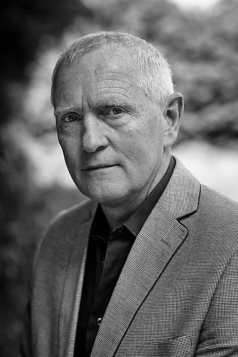 Oud-commandant der Strijdkrachten Peter van Uhm voor de cover biografie