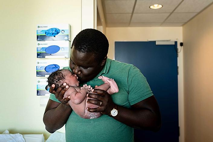 Zoveel liefde tijdens deze eerste ontmoeting tussen papa en zijn dochter