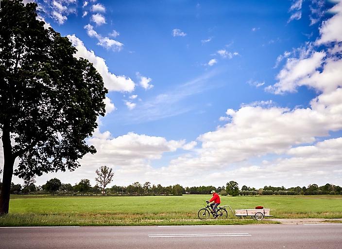 Ad Verhoeven fietst zijn overleden vrouw naar het crematorium